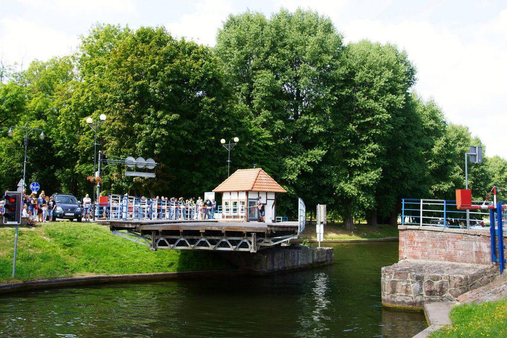 Ręczne otwieranie zabytkowego mostu obrotowego na Kanale Łuczańskim