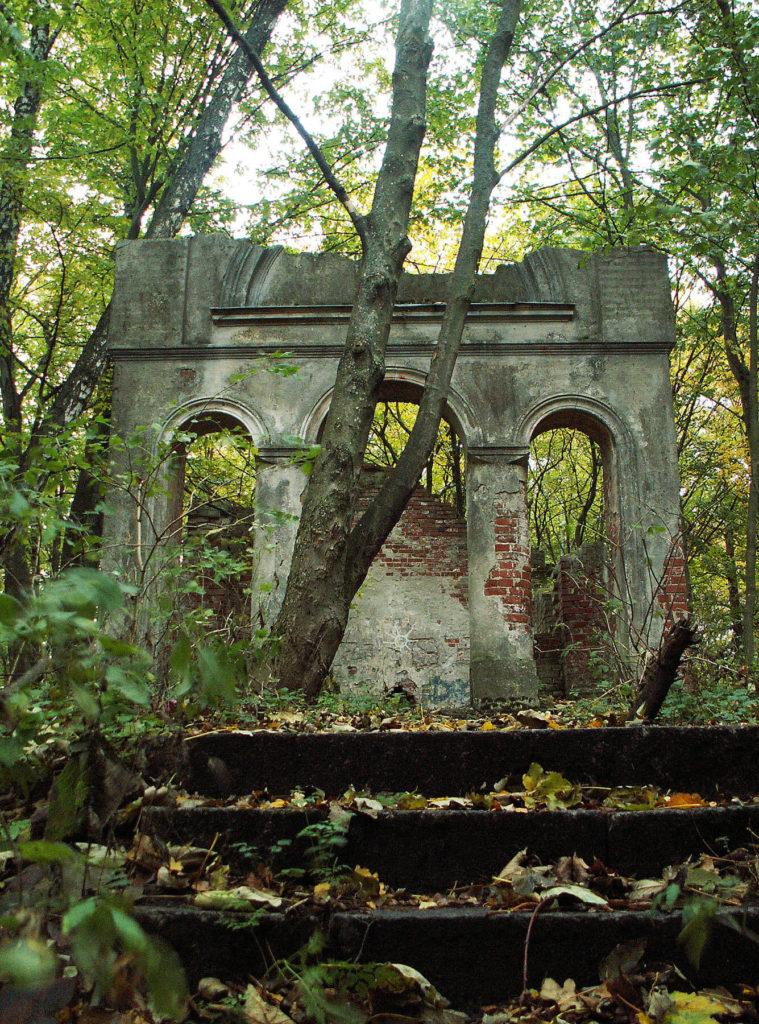 """Ruiny """"świątyni dumania"""" na Gilmie"""