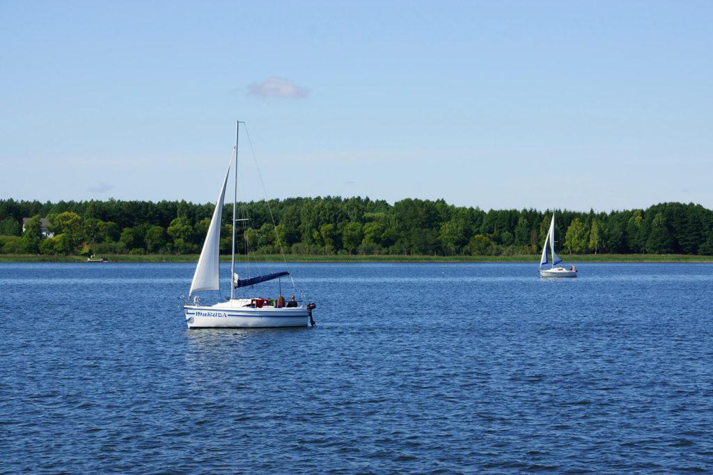 Żaglówki na jeziorze Tałty