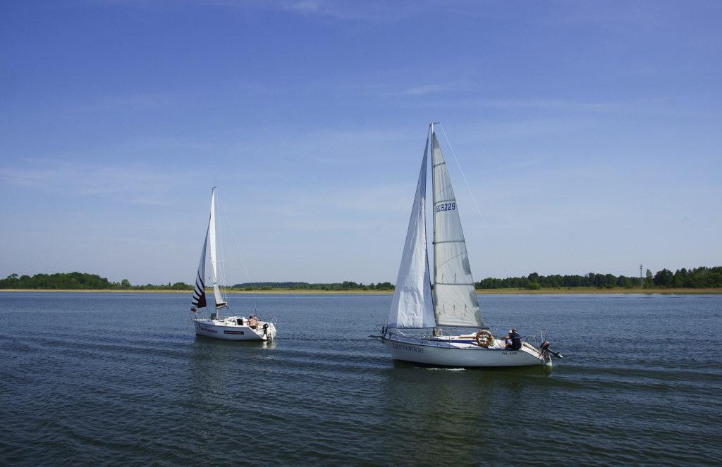 Jachty na jeziorze mikołajskim