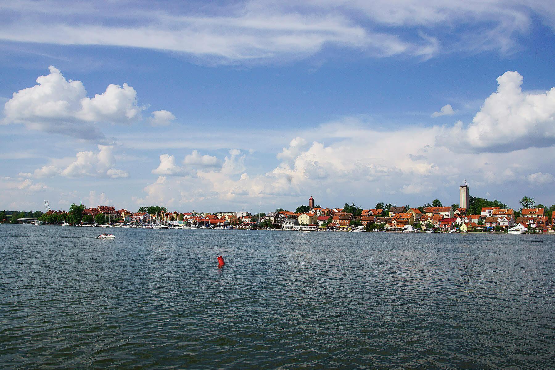 Panorama miasteczka z Jeziora Mikołajskiego