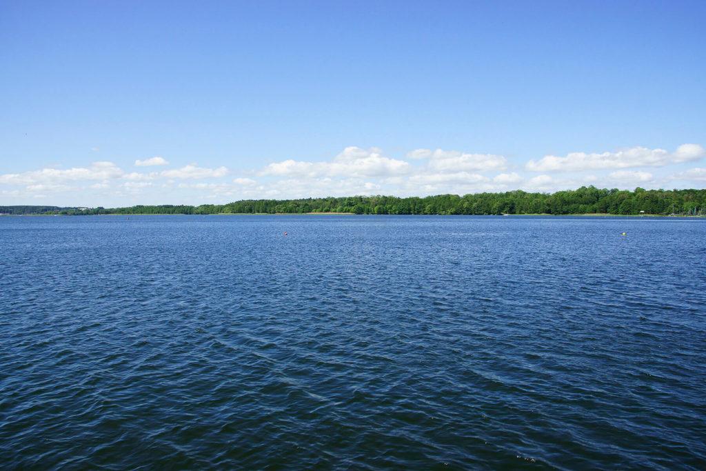 Szeroka przestrzeń wodna jeziora Niegocin
