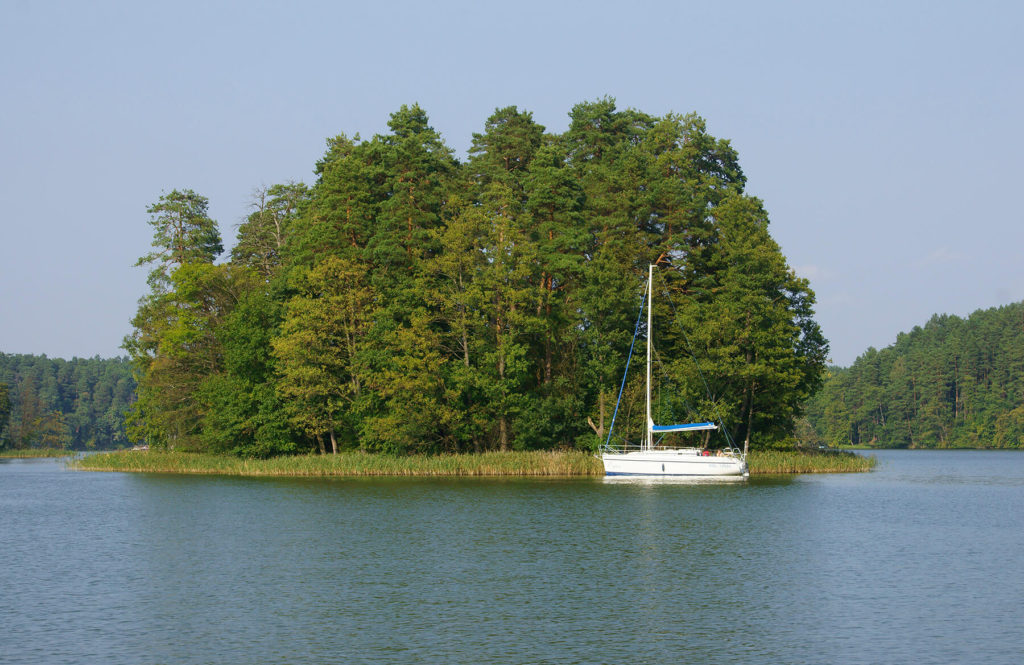 Jachty cumujące przy wyspach na Jeziorze Nidzkim