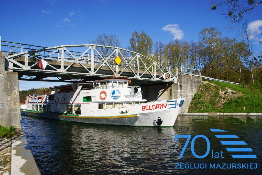 Statek Bełdany przepływa przez kanał Kula